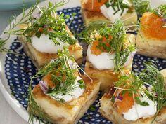 Käseschnittchen mit saurer Sahne und Kaviar ist ein Rezept mit frischen Zutaten aus der Kategorie Kräuter. Probieren Sie dieses und weitere Rezepte von EAT SMARTER!