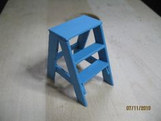 cute step stool.  Might even be able to make this one with popsicle sticks.