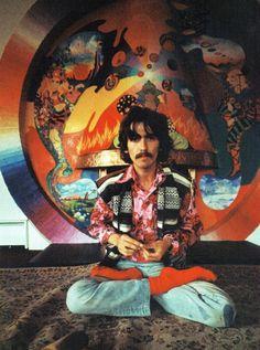 George Harrison voor de door The Fool beschilderde open haard.