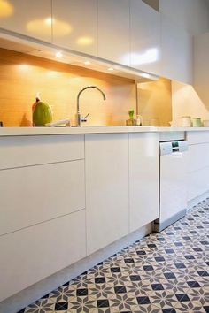 Once found only in the rear of the house, today's kitchen design takes the kitchen out the background. The challenge for kitchen design is in creat… Modern Kitchen Cabinets, Kitchen Tiles, Kitchen Flooring, Kitchen Dining, Kitchen Decor, Kitchen White, White Kitchens, Cocina Office, Cuisines Design