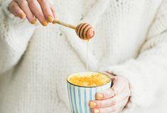 Příprava tohoto elixíru zdraví zabere maximálně pár minut. #recept #goldenmilk #napoj #turmericlatte  #recipe #drink #hotdrink Kaffir Lime, Golden Milk, Body Hacks, Hair Health, Turmeric, Latte, Benefit, Organic, Fruit