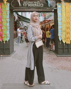 hijab casual remaja simple Source by outfit Hijab Casual, Ootd Hijab, Hijab Chic, Modern Hijab Fashion, Street Hijab Fashion, Muslim Fashion, Ootd Fashion, Fashion Outfits, Black Cullotes Outfits