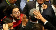 Ex-corregedor da Câmara defende suspensão de Jean Wyllys por cusparada em Jair Bolsonaro