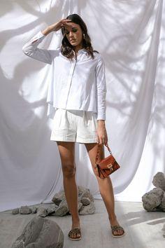 Camisa campana blanca Petite Studio, short ivory con cinturón That's It, sandalias animal print y clutch café con cadena Steve Madden,  arracadas doradas MAP.