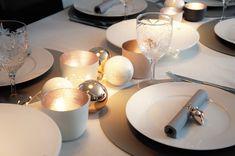 festlich gedeckter Tisch für Weihnachten in Grau und Gold