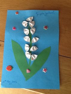 Bonjour !!! pour fêter le 1er Mai et pour porter bonheur..nous avons réalisê un brin de muguet avec ma grande puce E. j'ai trouvé l'idée sur un site extra... http://www.matchouteam.com toit d'abord j'ai découpê des nouilles papillon et mis de la peinture...