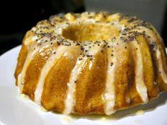 Λεμονάτη γεύση, υγρό άρωμα φρούτου, ζουμερή υφή και μια υπόξινη υποψία στο γλυκό, εύκολο κέικ λεμόνι, με γλυκόξινο γλάσο και εθιστική επίγευση. Lemon Icing, Almond Cakes, Bagel, Doughnut, Sweet Recipes, French Toast, Cooking Recipes, Sweets, Baking