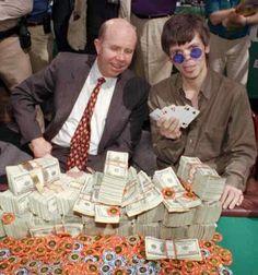 É uma verdadeira lenda do jogo. Foi três vezes campeão da Série Mundial de Poker. Ganhou a Série Mundial na primeira vez que participou com 24 anos, se fez o Campeão mais jovem da Série Mundial. Infelizmente morreu em um motel devido a seus abusos com álcool e drogas. Se ele fosse vivo o que você faria se o visse jogando?