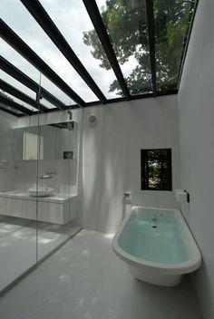 ちっちゃな森の家: アーツ&クラフツ建築研究所が手掛けた洗面所/お風呂/トイレです。