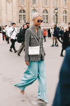 Street style : 40 looks Chanel repérés à la Fashion Week Chanel Street Style, Street Style Chic, La Fashion Week, Fashion 2017, Fashion Trends, Paris Fashion, Fashion Stores, Fashion Photo, Fashion Dresses