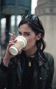 Sabroso el café; el cigarrillo es perjudicial para la salud.