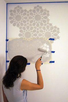 Cómo pintar una pared con esténcil / How to stencil a wall - Casa Haus Arabesque, Stencils, Geometric Drawing, Stencil Painting, Wall Stenciling, Wall Decor, Wall Art, Diy Arts And Crafts, Abstract Photography