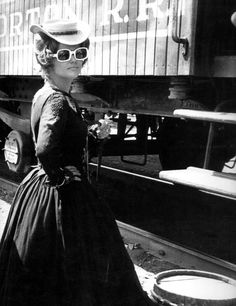 Beyond Screen — Claudia Cardinale on the set of Once Upon a Time... Claudia Cardinale, Sicilian Women, Katharine Ross, Gary Clark, Sergio Leone, Marcello Mastroianni, Julie Christie, Ann Margret, Fotografia