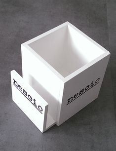 Een vierkante bestekbak met aan de voorkant extra ruimte voor servetten.
