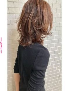 53 Popular Medium Length Hairstyles With Bangs in 2019 - Style My Hairs Shoulder Length Curly Hair, Curly Hair With Bangs, Hairstyles With Bangs, Wavy Hair, Oval Face Bangs, Coffee Brown Hair, Morning Hair, Medium Hair Styles, Long Hair Styles