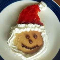 foods for kids - santa pancakes yum! Christmas Recipes For Kids, Christmas Food Treats, Xmas Food, Christmas Foods, Holiday Treats, Holiday Recipes, Santa Pancakes, Christmas Pancakes, Christmas Breakfast