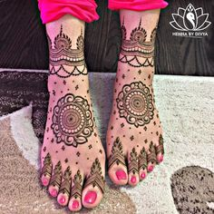 Already bought a pretty pair of payal to flaunt at your Mehndi? Take a pick from our favourite simple foot mehndi design ideas and slay the day in style, girl. Mehndi Designs Feet, Wedding Mehndi Designs, Unique Mehndi Designs, Mehndi Design Images, Latest Mehndi Designs, Henna Tattoo Designs, Henna Tattoos, Mehandi Designs, Paisley Tattoos