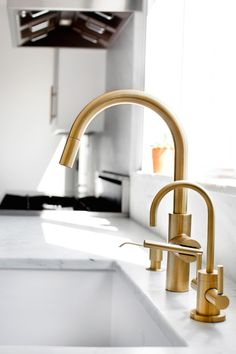 Whether you are looking to renovate your kitchen or not, brass kitchen taps must have caught your eye recently. Antique brass kitchen tap with washer, cheap kitchen tap brass. Gold Kitchen Faucet, Brass Faucet, Kitchen Fixtures, Kitchen And Bath, New Kitchen, Kitchen White, Brass Hardware, Kitchen Cabinets, Brass Tap