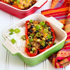Black Bean Chili Stuffed Peppers-Pimiento relleno con frijoles negros y mas. Mexican Food Recipes, New Recipes, Dinner Recipes, Cooking Recipes, Healthy Recipes, Dinner Ideas, Skinny Recipes, Mexican Dishes, Healthy Options