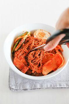 How to eat Bibim Naengmyeon (Korean spicy cold noodles)   MyKoreanKitchen.com