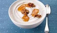 No Brasil, o iogurte grego possui mais açúcar, mais gordura e, consequentemente, é menos light do que pode parecer. No link, a gente te ensina como fazer esta gostosura em casa para que você desfrute de todos os benefícios de um iogurte saudável de verdade :)