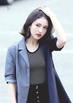 (12) Twitter Kpop Girl Groups, Korean Girl Groups, Kpop Girls, Kim Chungha, Pre Debut, Jeon Somi, Airport Style, Asian Beauty, Korean Fashion