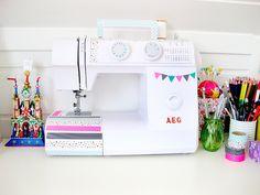 Que tal decorar também sua máquina de costura? Ela também merece ganhar uma cara nova!