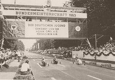 Nach der 23. Deutschen Meisterschaft, wieder in Duisburg, platzte die Bombe. Mitten auf der abendlichen Siegesfeier in der Mercatorhalle, am Ende einer ebenso arbeitsamen wie erfolgreichen Rennwoche, erklärte ein Sprecher der Opel-AG abends um 23.05 Uhr: 'Mit dieser Stunde zieht sich die Firma Adam Opel AG aus dem Seifenkistensport zurück.' Betretenes Schweigen der etwa 300 Versammelten. Jeder wusste, das musste das Ende des deutschen Seifenkistensports sein.