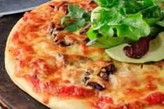 Biltong and Avocado Pizza Recipe Avocado Pizza, Feta Pizza, Quick And Easy Breakfast, Quick Easy Meals, Pizza Recipes, Dessert Recipes, Desserts, Biltong, South African Recipes