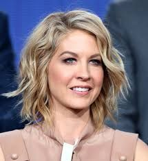 Jenna Elfman Short Wavy Cut - Jenna Elfman was stylishly coiffed with this short wavy 'do at the 2014 Winter TCA Tour. Medium Short Hair, Short Hair With Layers, Medium Hair Cuts, Short Curly Hair, Short Hair Cuts, Curly Hair Styles, Blonde Wavy Hair, Short Blonde, Short Bob Hairstyles