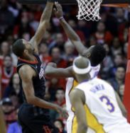 Rockets ganan 148-142 a Lakers, pero James Harden se lesiona