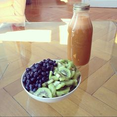 brunch: 1,5 l of cellery-carrot-cucumber juice & kiwis and blueberries in abundance