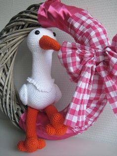 crochet stork in wreath (pattern in dutch: http://haakidee.nl/)