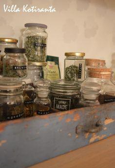Nykyisen kotimme keittiö. Yrttiteet lasipurkeissa. Säilytyslaatikkona vanha lipaston vetolaatikko. / The kichen of our current home. Herbal tea ingredients in glass jars, stored into an old drawer from some dresser.
