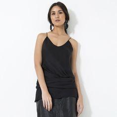 Casual Monday! A blusa drapeada dá um toque nada óbvio à produção all black. [Acesse a e-store pelo link na bio e shop now!] #EstiloSacada