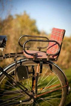 Mum had one for me in the Vintage Child's Bike Seat Attachment, Red Plaid Pattern, Black Metal Velo Retro, Velo Vintage, Vintage Bicycles, Vintage Style, My Childhood Memories, Sweet Memories, School Memories, Child Bike Seat, Nostalgia