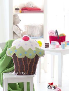 Cuscino cup cake http://www.manidifata.it/cuscino-aida-emiane-di-cotone-e-schema-21503074-html.html