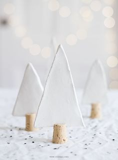 Une décoration si jolie pour la table de Noël par Seventy Nine Ideas., Such a pretty decoration for the Christmas table by Seventy Nine Ideas. Noel Christmas, Winter Christmas, Hygge Christmas, Minimal Christmas, Christmas Cards 2018, Natural Christmas, Holiday Cards, Holiday Gifts, Ideas Actuales