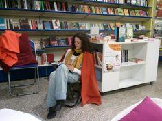 Un libraio che fa dormire i lettori (che anziché dormire leggono) tra gli scaffali della libreria dove lo trovi? Live da Piazza Repubblica Libri a Cagliari, questa è la notte della lettura!