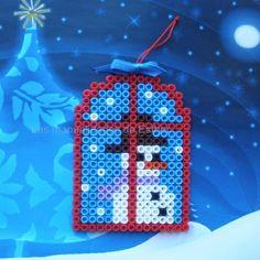 Hadd kukucskáljon a hóember az ablakon! Ez a kísérőkártya édes kiegészítője lesz az ajándékodnak. Rendelj díszdobozos gyöngyöket, hogy elkészíthesd Te is. http://on.fb.me/1cc0O7O