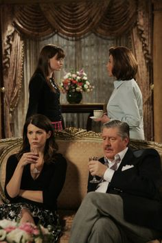 Gilmore Girls 2014 Gallery 11 Life in Stars Hollow, 50 pictures The show has a lot of excellent minor characters, such as Kirk and Taylor Doose: Gilmore Girls Netflix, Gilmore Girls Quotes, Lorelai Gilmore, Gilmore Girls Poster, Gilmore Gilrs, Logan, Lauren Graham, Pose, Gilmore Girls