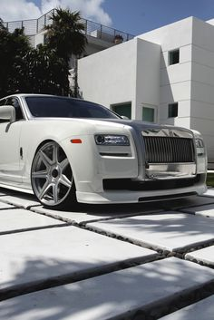 Rolls Royce on White Slab with black pebbles between them! My Dream Car, Dream Cars, Voiture Rolls Royce, E90 Bmw, Royce Car, Luxe Life, Car In The World, Amazing Cars, Luxury Sports Cars