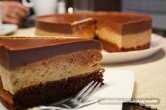 Kafíčkový dort Těsto: 3 ks vejce 3 lžíce kr. cukr 2 ks bílku 1 lžíce kr. cukr 3 lžíce polohrubá mouka 1 lžíce kakao 1 bal.prášek do pečiva 6 lžic mleté vlašské ořechy 2 lžíce mléko 5 lžic rum Krém: 700 ml mléka 2 bal.vanilkový pudink 120 g kr. cukr 2 ks žloutky 3 lžičky instantní káva 150 g máslo Vrch: 200 g hořká čokoláda 400 ml smetana ke šlehání