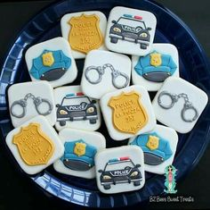 I love those hand cuffs… Car Cookies, Cupcake Cookies, Iced Sugar Cookies, Royal Icing Cookies, Police Cakes, Cartoon Cookie, Biscuits, Cookie Designs, Cookie Ideas