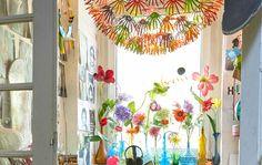 Suspension customisée tout en couleurs et collections de vases et de fleurs