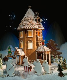 The Moomin House is an atmospheric gingerbread house - see directions to the fabulous Moomin House!fi Gingerbread House: Moomin House, Moomin House Yard and Moomins Presents: Christmas is coming Christmas or the Christ eve. Gingerbread House Candy, Gingerbread House Patterns, Gingerbread House Template, Gingerbread Village, Christmas Gingerbread House, Christmas Cookies, Christmas Is Coming, A Christmas Story, Christmas Home
