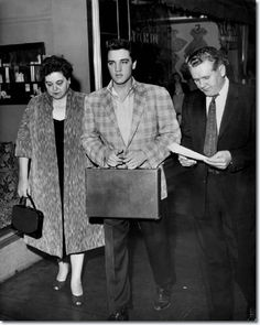 Flanked by his parents, Gladys & Vernon, Elvis Presley reported for Army duty to the Draft Board office in the M Building at 198 South Main about a. Elvis Presley Graceland, Elvis Presley Family, Elvis Presley Photos, Rock And Roll, Fort Hood, Army Day, Young Elvis, King Of Music, Memphis Tennessee
