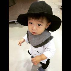 handmade  baby hat    Linen       린넨소재로 만든 아기용 모자입니다.  가볍게 쓰기 좋고, 접어서 가지고 다닐 수도 있어요~  물론! 세탁도 가능하답니다 ^ ^    #baby #babyhat #handmade #fashion #babyfashion  #moongchic