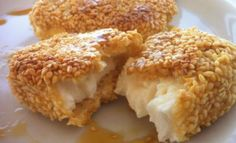A delicious fried feta with honey and sesame seeds recipe! This mouthwatering veggie, cheesy dish will amaze you! Imagine chunks of juicy, salty fried feta covered with crispy, golden-brown sesame seeds and drizzled in a sweet honey sauce! Tapas, Sesame Seeds Recipes, Honey Recipes, Feta Cheese Recipes, Veggie Greek Recipes, Vegetarian Recipes, Honey Sauce, Good Food, Yummy Food