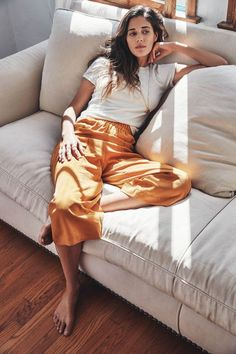 Photo via: Anais Dax We recently spotted this cool casual style inspiration shot by the talented duo Anais Dax , which led us on a h. Mode Style, Style Me, Poses Modelo, Foto Casual, Inspiration Mode, Fashion Inspiration, Fashion Trends, Home Outfit, Look Fashion